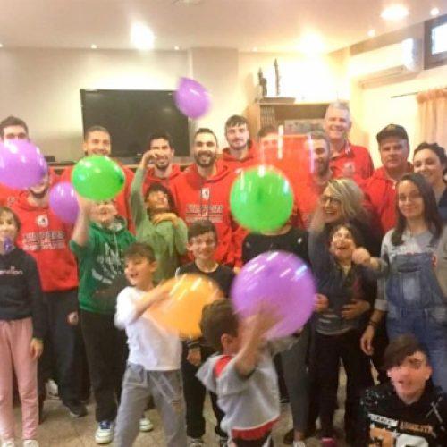 """Το τμήμα μπάσκετ του Φίλιππου Βέροιας μοίρασε δώρα στην """"Πρωτοβουλία για το Παιδί"""""""