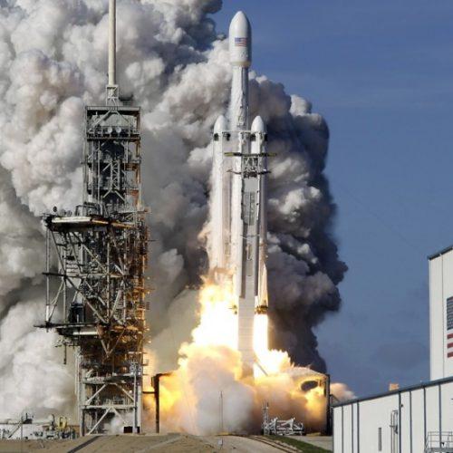 """Ο πύραυλος """"Falcon Heavy"""" της  """"SpaceX""""  έθεσε  αυτοκίνητο σε τροχιά συνάντησης με τον Άρη!"""