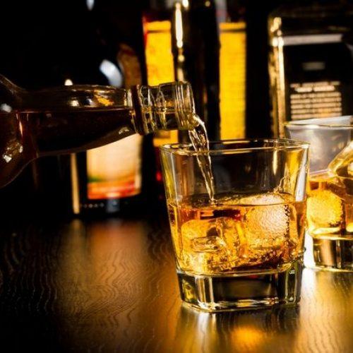 Οι φόροι στα αλκοολούχα ποτά στην Ελλάδα και τον κόσμο