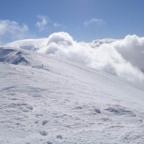 """Στο χιονισμένο Σινιάτσικο ο """"Τοτός"""", πάνω από τα σύννεφα και με δυνατούς ανέμους"""
