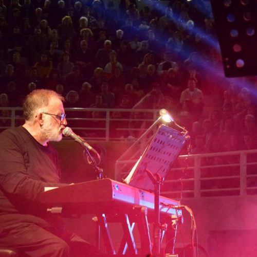 Συναυλία  του Θάνου Μικρούτσικου στη Θεσσαλονίκη αφιερωμένη στα 100 χρόνια του ΚΚΕ
