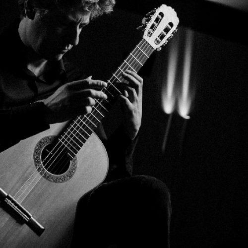 Ρεσιτάλ κιθάρας του Θάνου Μήτσαλα  στο πλαίσιο της 196ης Επετείου του Ολοκαυτώματος