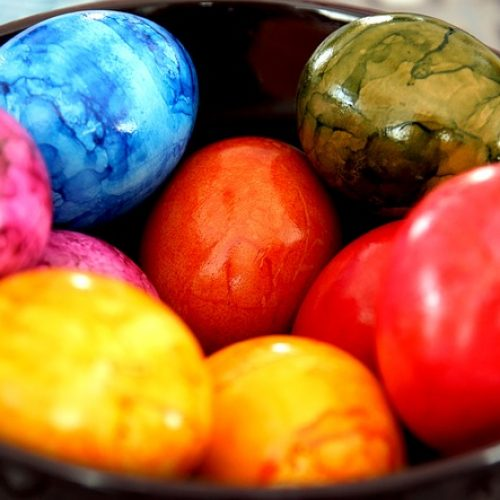 Πώς βάφουμε τα πασχαλινά αυγά με χρώμα ζαχαροπλαστικής!