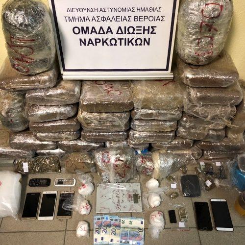 Από το Τμήμα Ασφάλειας Βέροιας συνελήφθησαν 2 άτομα  για διακίνηση ναρκωτικών - Εντοπίσθηκαν πάνω από 33 κιλά κάνναβης