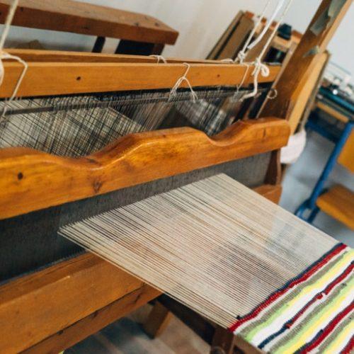 """Ένας ξύλινος παραδοσιακός αργαλειός στα εκπαιδευτικά προγραμμάτα  του  ΕΕΕΕΚ Αλεξάνδρειας και    """"Των Παιδιών της Άνοιξης"""""""