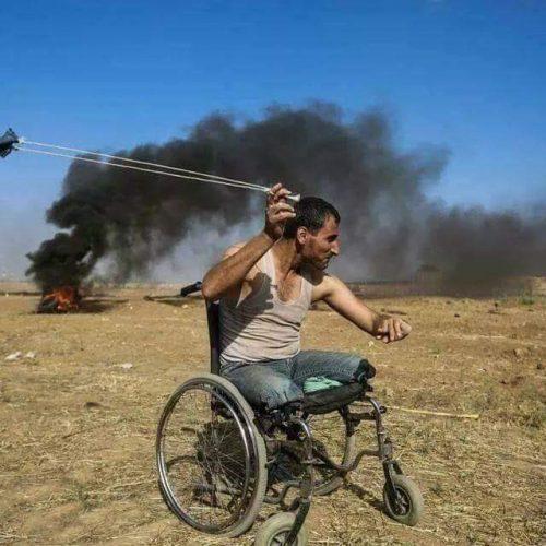 Ο παλαιστίνιος σύγχρονος Δαβίδ με τη σφεντόνα  του...
