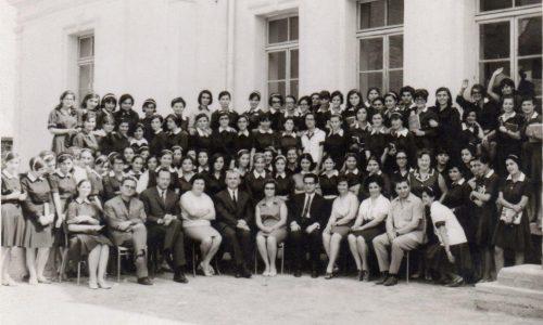 Γυμνάσιο Θηλέων Βέροιας. Οι απόφοιτες του '68 στην αυλή του σχολείου τους και πάλι