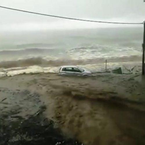 Η καταιγίδα παρέσυρε αυτοκίνητο στη θάλασσα (Video)