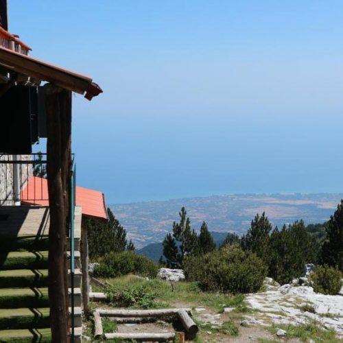 Καταφύγιο Πετρόστρουγκας στον Όλυμπο - Μπαλκόνι με θέα τον Θερμαϊκό
