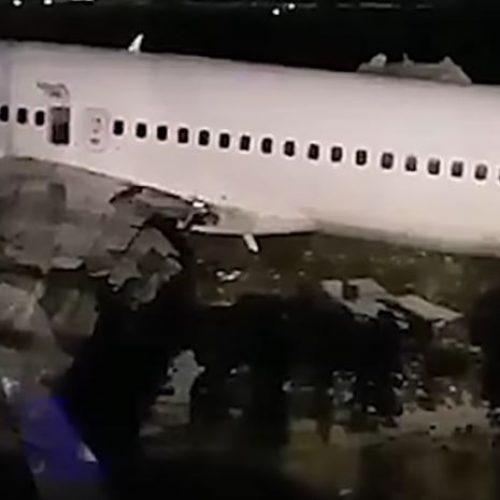 Σκηνικό τρόμου  σε φλεγόμενο Boeing με 167 επιβάτες στη Ρωσία - Μητέρες πετούσαν τα παιδιά τους στον αέρα  (Video)