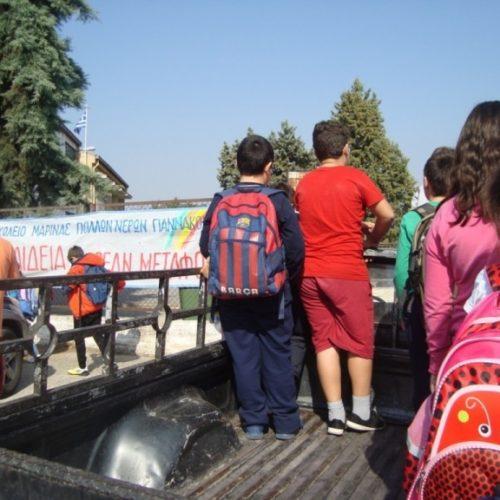 Τριτοκοσμικές εικόνες στο Δημοτικό Σχολείο Μαρίνας -  Οι μαθητές  στο σχολείο  με καρότσα αγροτικού!
