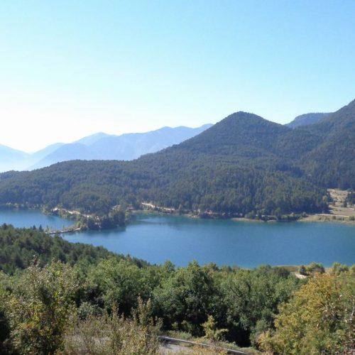 """Πελοπόννησος: Στην πανέμορφη τεχνητή Λίμνη Φενεού """"Δόξα"""" και το Ιστορικό Μνημείο Μονής του Βράχου"""