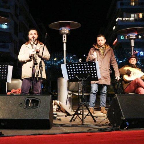 """Στους δρόμους της παράδοσης οι """"Κυρατζήδες"""", ενθουσίασαν τραγουδώντας στην Πλατεία Ελιάς"""