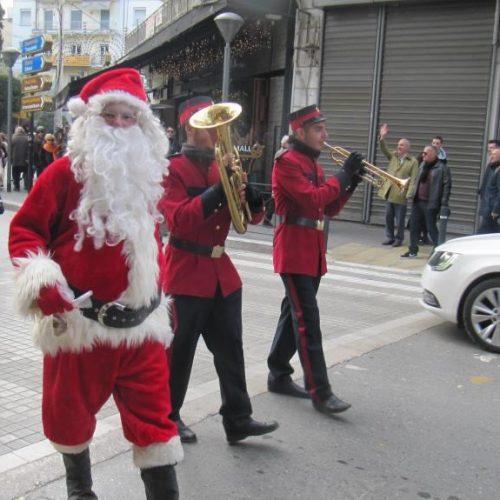 Ο Άγιος Βασίλης με το κάρο της αγάπης  μοίρασε γλυκά και χαρά στους δρόμους της Βέροιας!