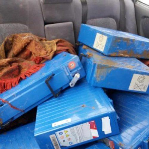 Συνελήφθησαν    να   αφαιρούν μπαταρίες από κεραία κινητής τηλεφωνίας - Κατά τη διαφυγή τους εμβόλισαν περιπολικό