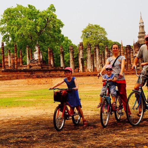 Pella tv: Οικογένεια από τη Γαλλία στα Γιαννιτσά με ποδήλατο - Γιαννιτσιώτισα συνεχίζει την εθελοντική της προσφορά στο Κογκό