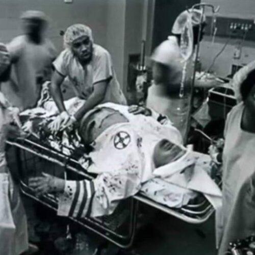 Η εικόνα που συγκλονίζει: Μαύρος γιατρός κάνει τα πάντα για να σώσει τη ζωή τραυματισμένου ρατσιστή