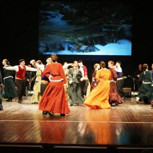 Λύκειο Ελληνίδων Βέροιας - Χορεύοντας στους δρόμους του νερού και της παράδοσης – Μια εντυπωσιακή βραδιά