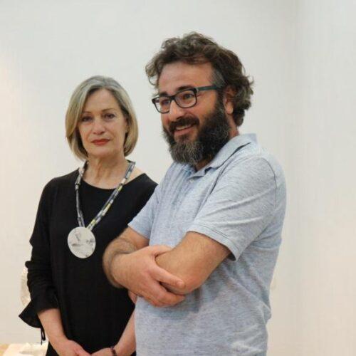 """""""Natura Morta"""". Εγκαινιάστηκε η έκθεση του Άρη Κατσιλάκη στη Γκαλερί Παπατζίκου – Ευρήματα ανασκαφής του μέλλοντος"""