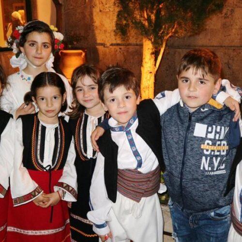 Μικροί χορευτές του Λυκείου Ελληνίδων Βέροιας μετά την επιτυχία!