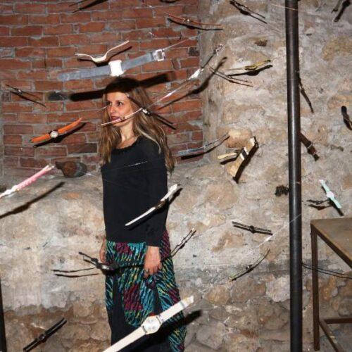 Κατερίνα Αναστασίου – Πρωτότυπα εικαστικά παιχνίδια με τον πανδαμάτορα χρόνο και τη φθορά του