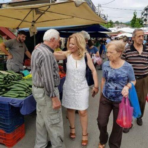 Στην λαϊκή αγορά της Βέροιας η Νίκη Καρατζιούλα