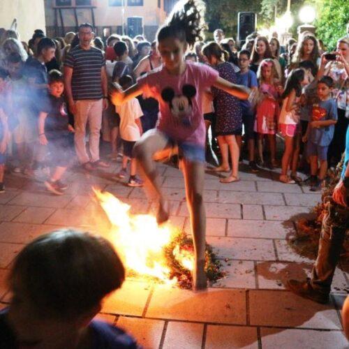 """Μικροί και μεγάλοι πηδούν στην Κυριώτισσα τις """"Φωτιές τ' Αγιαννιού"""""""