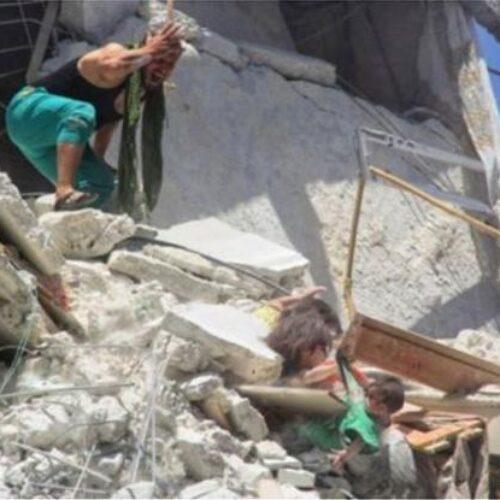 Η φρίκη του πολέμου: 5χρονη κρέμεται στο κενό και προσπαθεί να σώσει την αδελφή της 7 μηνών (video)