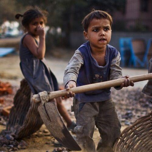 """""""Παράνομα κυκλώματα παιδικής εργασίας στην Ελλάδα - Αν σώσεις το παιδί, υπάρχει ελπίδα"""" γράφει ο Γιώργος Καλούμενος"""