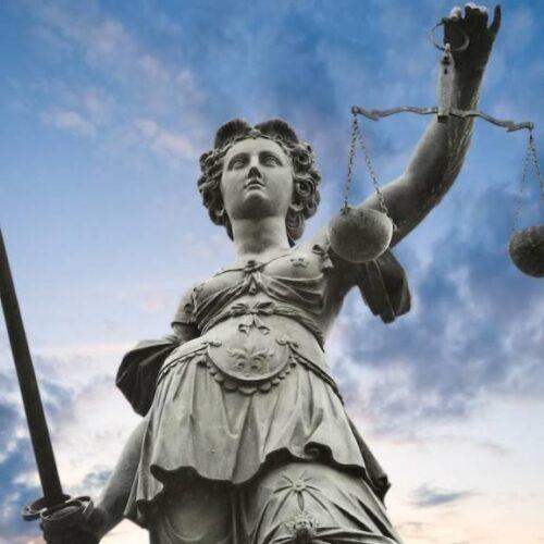 """""""Η δικαστική εξουσία βλέπει μια χαρά"""" γράφει ο Δημήτρης Μηλάκας"""