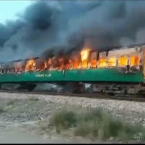 Δεκάδες νεκροί από πυρκαγιά σε τρένο στο Πακιστάν (video)