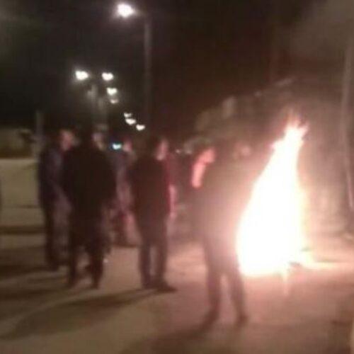 Νάουσα: Μπλόκα με φωτιές κατοίκων κατά προσφύγων (video)