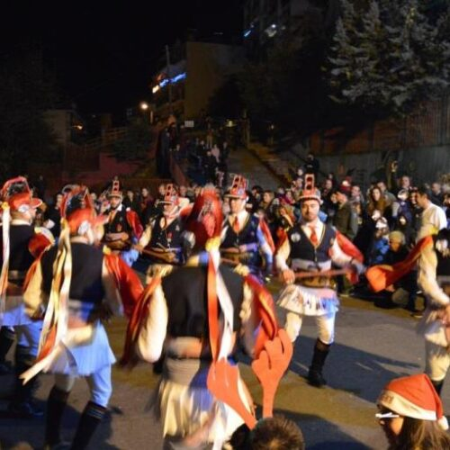 Η Χριστουγεννιάτικη γιορτή στο 9ο Δημοτικό Σχολείο Βέροιας - Ζωντάνεψε το έθιμο των Μωμόγερων