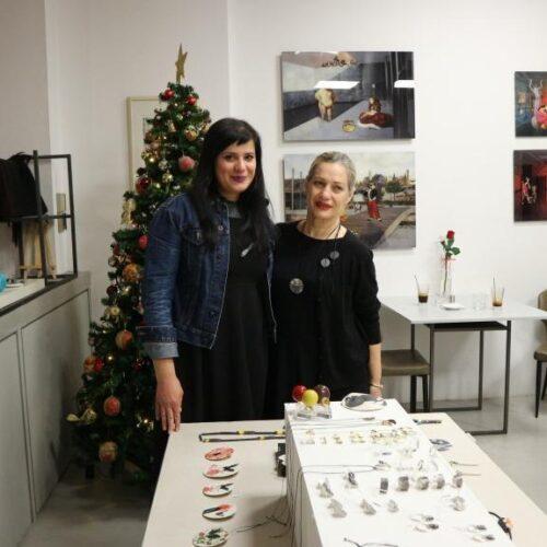 """Άνοιξε η γιορτινή έκθεση με κεραμικά και κοσμήματα στο Papatzikou """"εκτός χάρτη"""""""