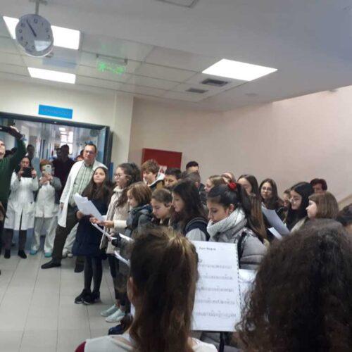Τα κάλαντα στο Γηροκομείο και το Νοσοκομείο Νάουσας έψαλλαν οι μαθητές του Λαππείου Γυμνασίου