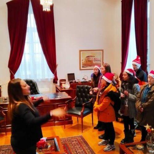 Χριστουγεννιάτικα κάλαντα στον Δήμαρχο Βέροιας από παιδιά του Ειδικού Γυμνασίου - Λυκείου Βέροιας