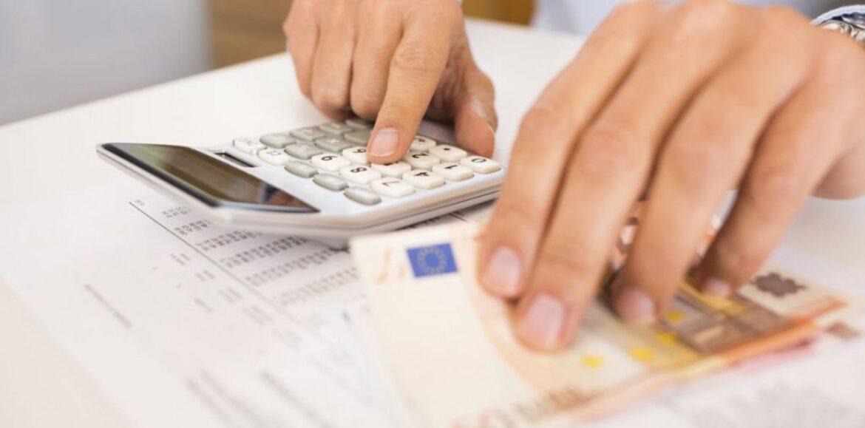 """""""Σε ασφυξία τα νοικοκυριά - Λογαριασμοί και φόροι τρώνε κάθε μήνα τον παρά τους"""" γράφει ο Γιώργος Καλούμενος"""
