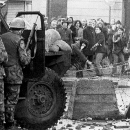 """""""Η ματωμένη Κυριακή"""": Όταν Άγγλοι αλεξιπτωτιστές πυροβολούσαν πισώπλατα 17χρονα παιδιά στην Ιρλανδία"""