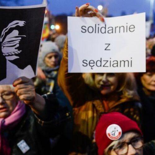 """Πολωνία: Μεγάλη διαδήλωση ενάντια σε νομοσχέδιο που βάζει """"στον γύψο"""" τη Δικαιοσύνη"""