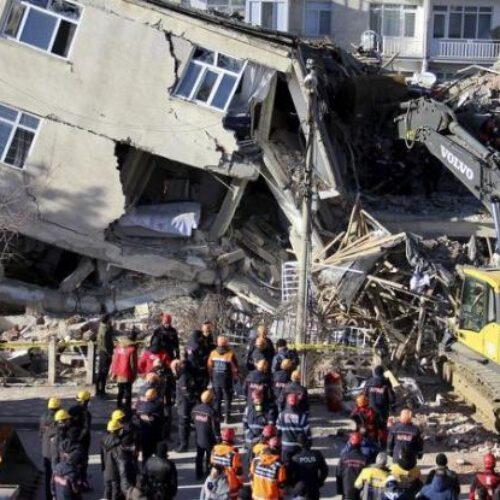 Τουρκία: Μάχη με τον χρόνο και τους μετασεισμούς - Τουλάχιστον 22 νεκροί, περισσότεροι από 1.000 οι τραυματίες