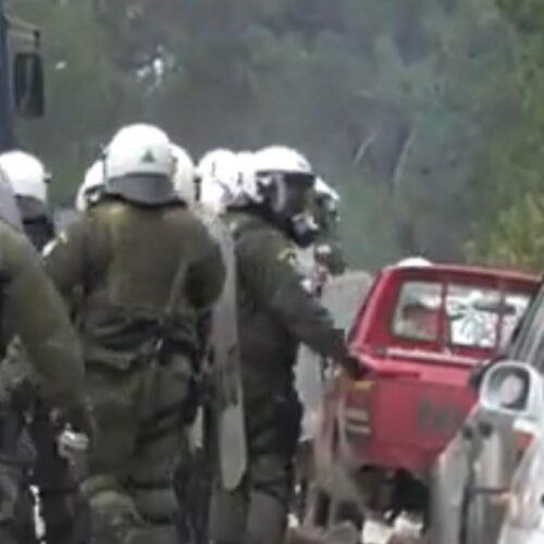 Λέσβος: Μια πράξη εκδίκησης - Νέα βίντεο με ΜΑΤ να σπάνε αυτοκίνητα