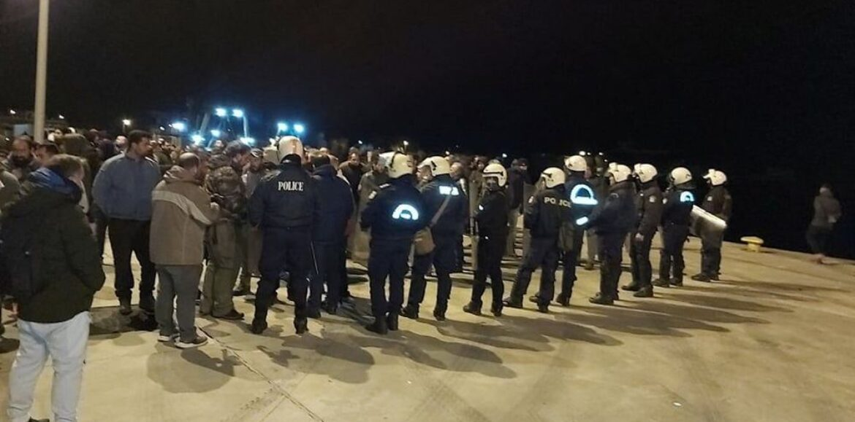 Προσφυγικό: Σοβαρά επεισόδια σε Λέσβο και Χίο - Απόβαση των ΜΑΤ και οδοφράγματα των κατοίκων (photo/video)