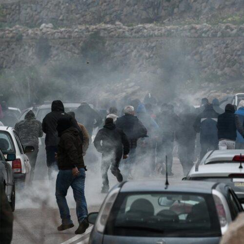 Μεστά Χίου: ΜΑΤ με... πολιτικά πριν μπαρκάρουν, χτύπησαν ανελέητα πολίτες, έσπασαν αυτοκίνητα!