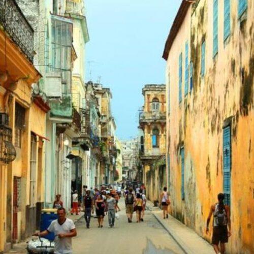 """Στη Βρετανία η """"ανοσία αγέλης"""", στην Κούβα, η μεγαλειώδης αλληλεγγύη των φτωχών"""" γράφει η Νίνα Γεωργιάδου"""