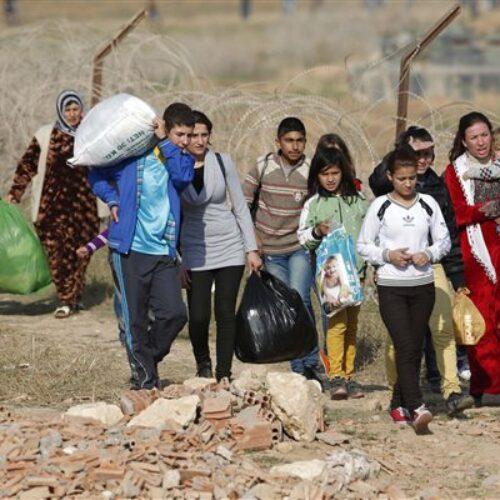 Φαντάροι του Έβρου: Αστυνομικοί κλοτσούν ακινητοποιημένους πρόσφυγες