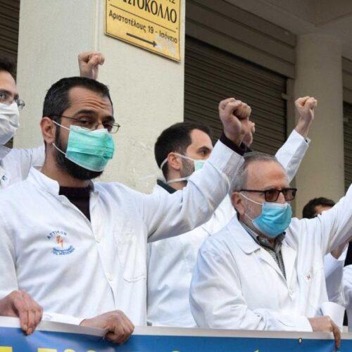 """Αρνήθηκε η κυβέρνηση να δει τους νοσοκομειακούς γιατρούς – Τους """"μαχητές της πρώτης γραμμής"""""""