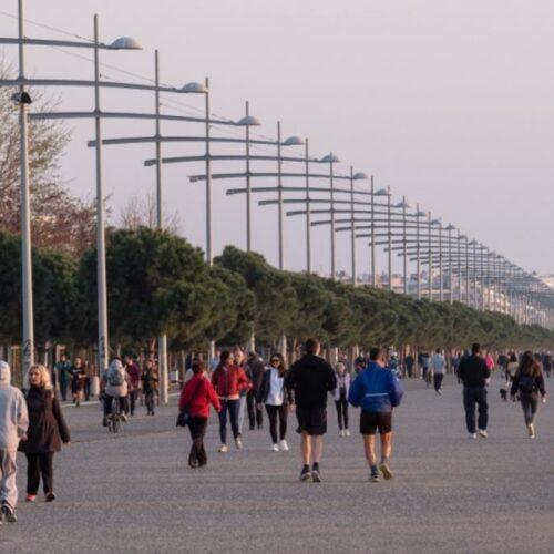 """Κορονοϊός - Θεσσαλονίκη: Απόφαση για """"λουκέτο"""" στη Νέα Παραλία μετά το συνωστισμό"""