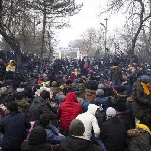 Έβρος: Άλλη μια δύσκολη νύχτα - Χιλιάδες οι συγκεντρωμένοι στα σύνορα