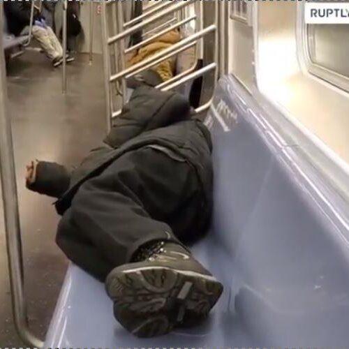 """Νέα Υόρκη: Άστεγοι κοιμούνται στα βαγόνια του μετρό ενώ ο κορονοϊός """"θερίζει"""" (video)"""