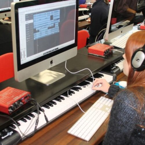 """""""Οι τρόποι που το διαδίκτυο αλλάζει την εκμάθηση της μουσικής"""" γράφει η Πόπη Φιρτινίδου"""